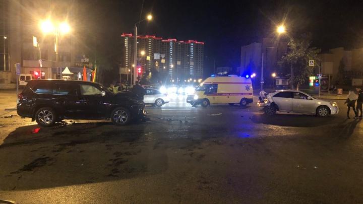 Две молодые девушки пострадали в ночном ДТП на перекрестке Республики — Мельникайте