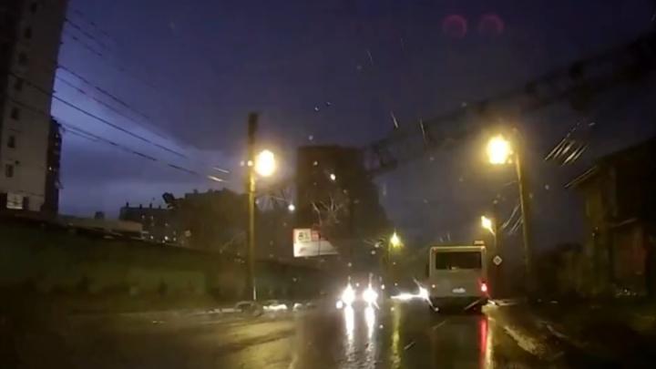 «Автобусу повезло»: появилось видео момента падения крана на Киренского с регистратора авто