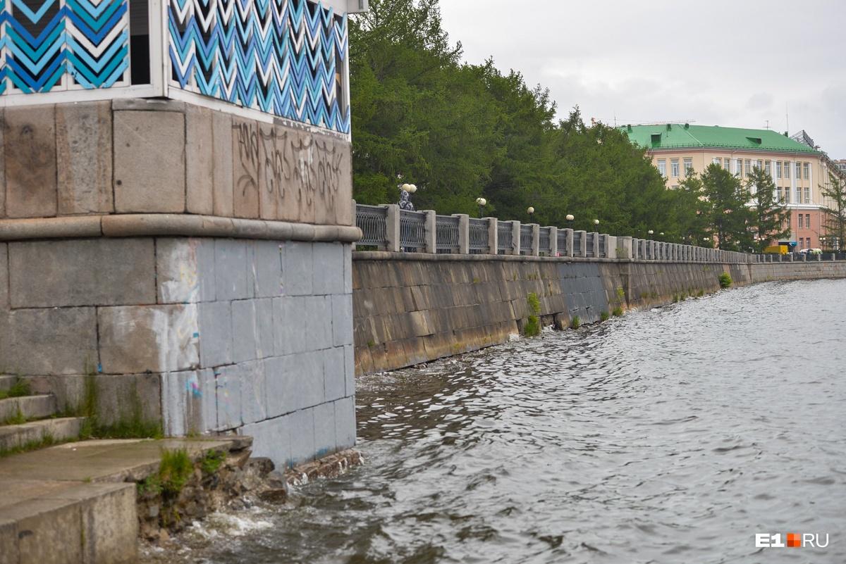 Мелкие граффити на набережной уцелели, но, по мнению Всеволода, их можно убрать