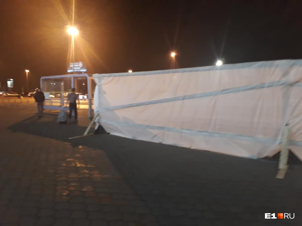 У терминалов аэропорта Кольцово огородили территорию, чтобы реконструировать площадь