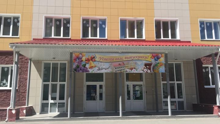 Министр образования Омской области предложила уволенной из-за фото учительнице вернуться в школу