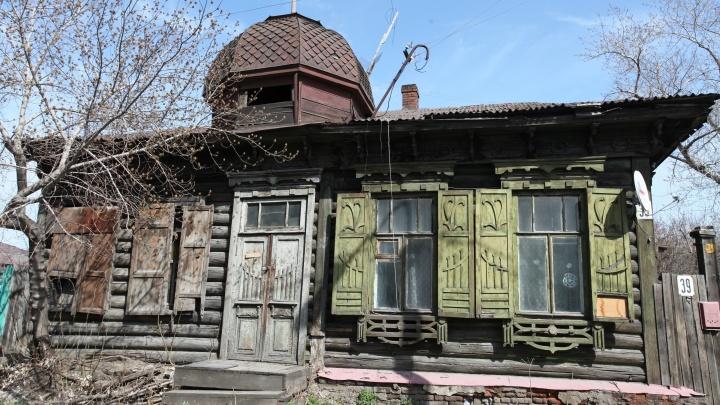 Омичи отреставрировали фасад старинного деревянного дома: рассказываем максимально коротко