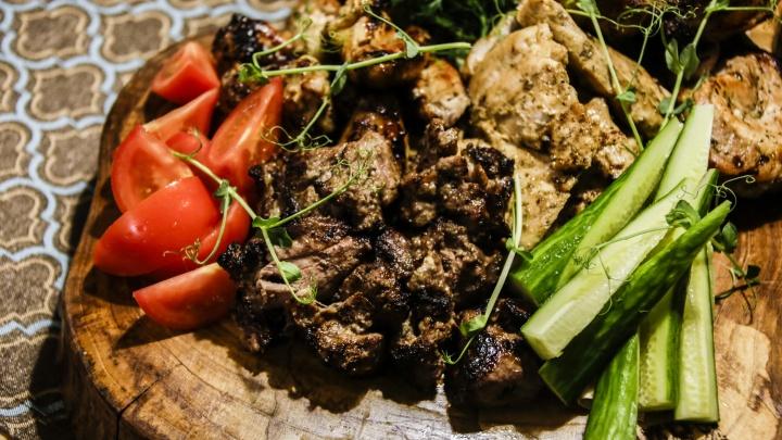 Эксперименты на кухне: готовим на мангале фитнес-шашлык, крылышки по-тайски и ягнёнка с киви