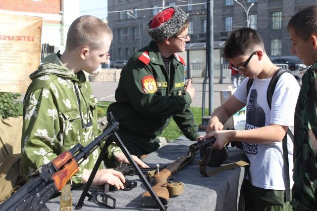 Оружие интересует не только молодых казаков, но и просто случайно оказавшихся в сквере мальчишек