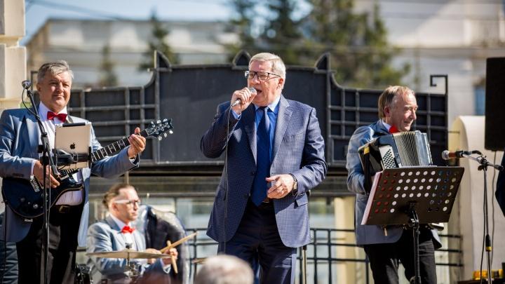 Видео: Виктор Толоконский спел «Вальс-бостон» в центре Новосибирска