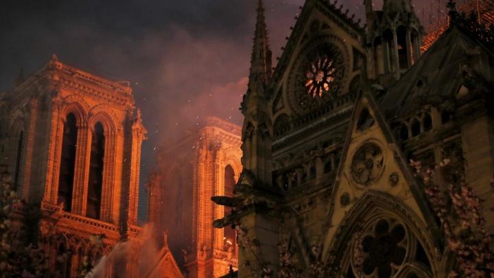 Весь мир молился ночью за Нотр-Дам де Пари: девять часов пожар уничтожал символ Парижа