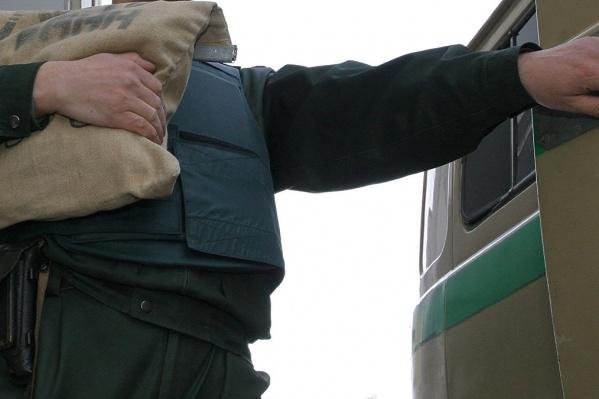 Новосибирец распылил газовый баллончик в лицо своему подельнику и забрал мешки с деньгами