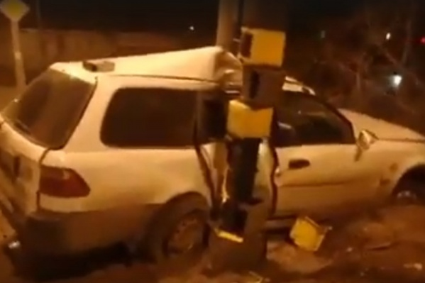 Водитель скрылся, оставив покореженный автомобиль