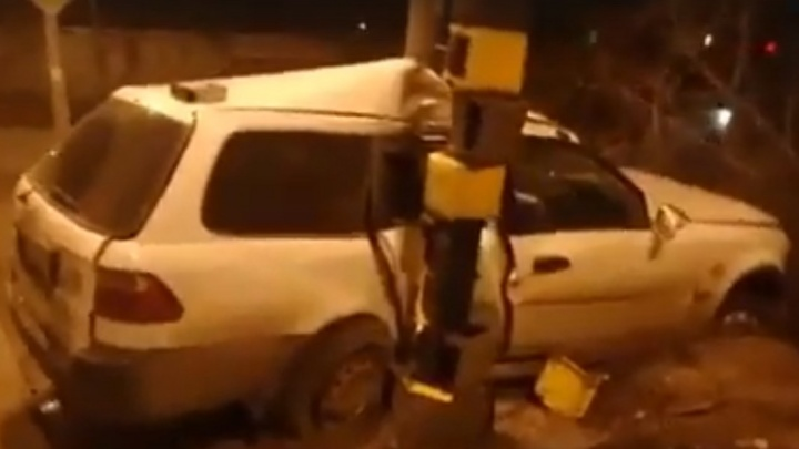 Водитель смял «Хонду» о столб на Семафорной и удрал с места аварии