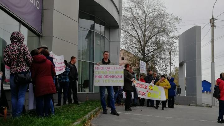 «Подсунули другие бумаги»: новосибирцы устроили пикет у здания автоцентра