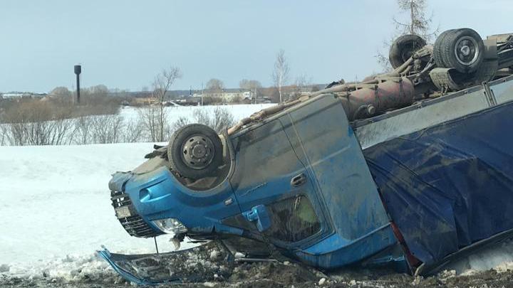 «У машины срезана крыша»: на трассе Екатеринбург — Тюмень погибла женщина, выехавшая на встречку