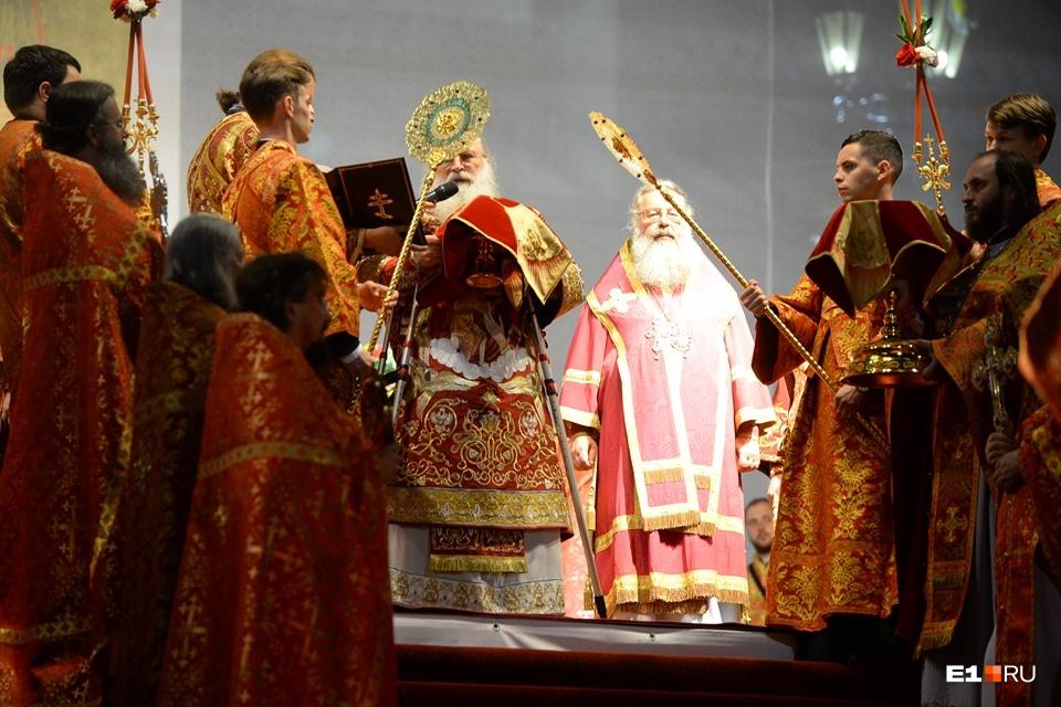 Слева — бывший глава Екатеринбургской епархии Викентий