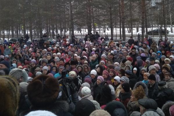 Сотни людей вышли на митинг, чтобы узнать о судьбе больницы