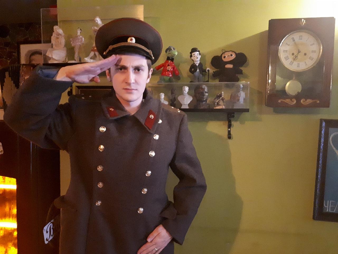 Муж Юлии — стюард турецких авиалиний, очень любит историю России