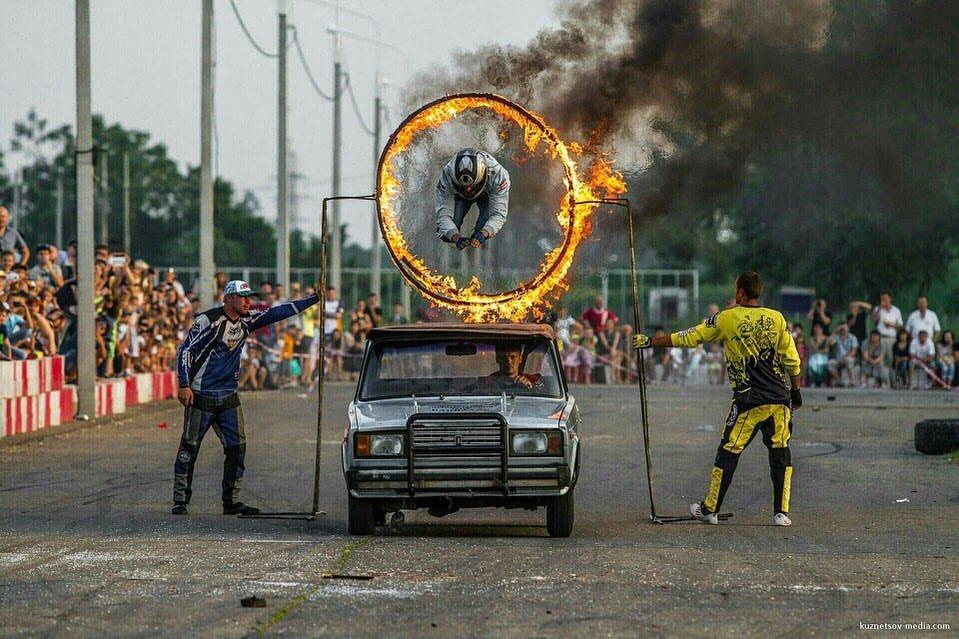 В экстрим-шоу каскадёры будут прыгать через огонь и поджигать себя, совсем как в голливудском блокбастере