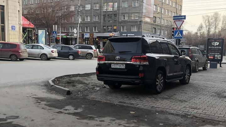 «Я паркуюсь как чудак»: «Лэнд Крузер» ААА — в центре буду стоять на голове у пешеходов