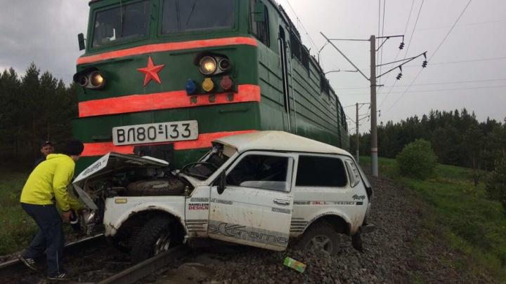 В Башкирии «Нива» залетела под поезд