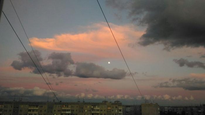 6 июля читатели НГС прислали в редакцию несколько фотографий вечернего неба