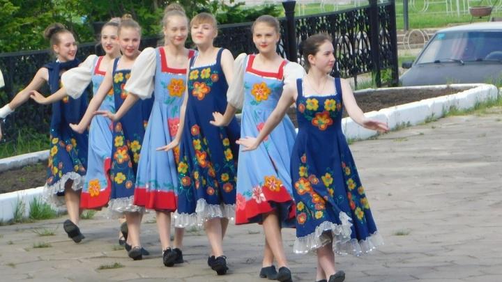 Жители Лесосибирска присоединились к Всероссийскому флешмобу и станцевали на улице