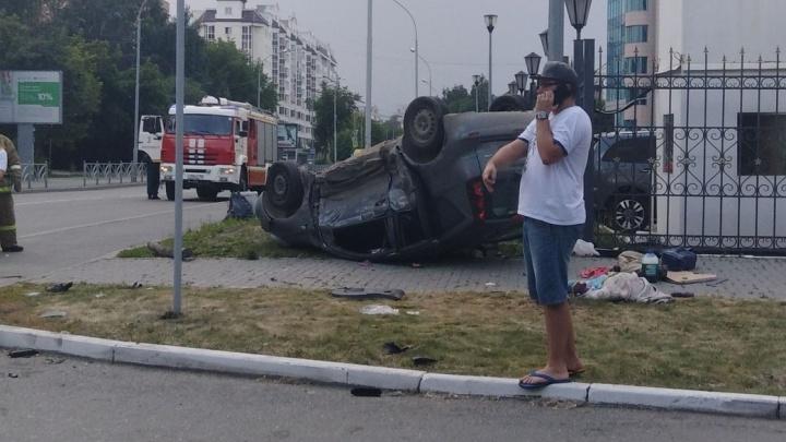 Nissan от удара перевернулся: в аварии на Большакова пострадали трое взрослых и ребёнок