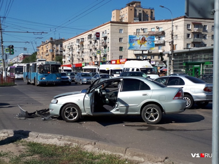 В центре Волгограда произошло ДТП с участием нескольких машин: есть пострадавшие - фото, фото-7