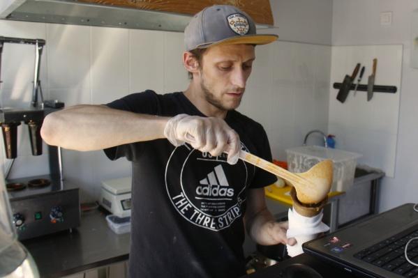 Создатели заведения предлагают суп, который можно есть на ходу, держа одной рукой, как хот-дог