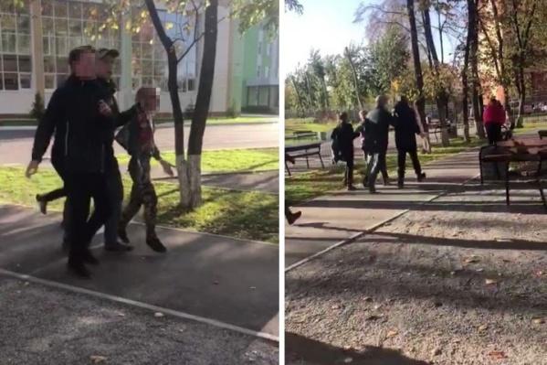 Видео, как мужчина тащит детей, сняли другие школьники