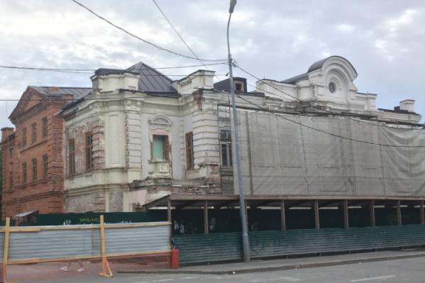 Здание находится на Ленина, 10