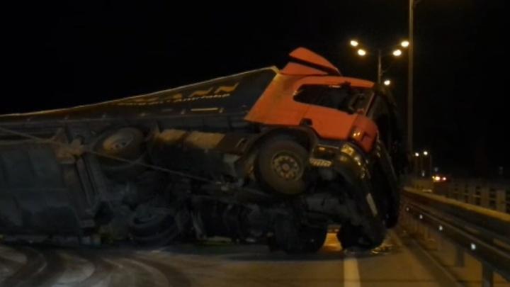 «Поднимал специальный тягач»: рабочие убрали фуру, которая опрокинулась и перекрыла дорогу на Пермь