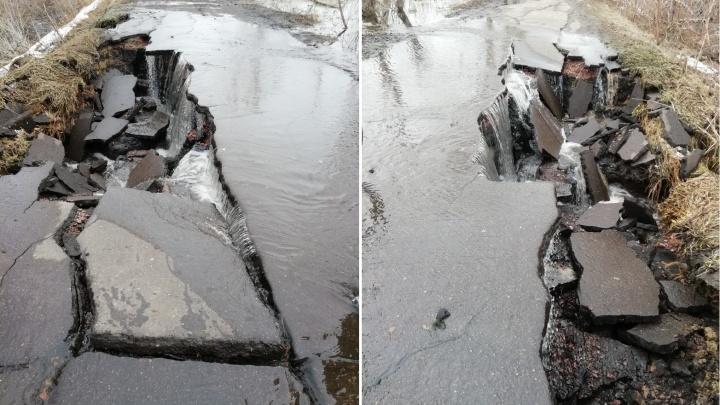 Разрушенная дорога в Муромцевском районе превратилась в водопад