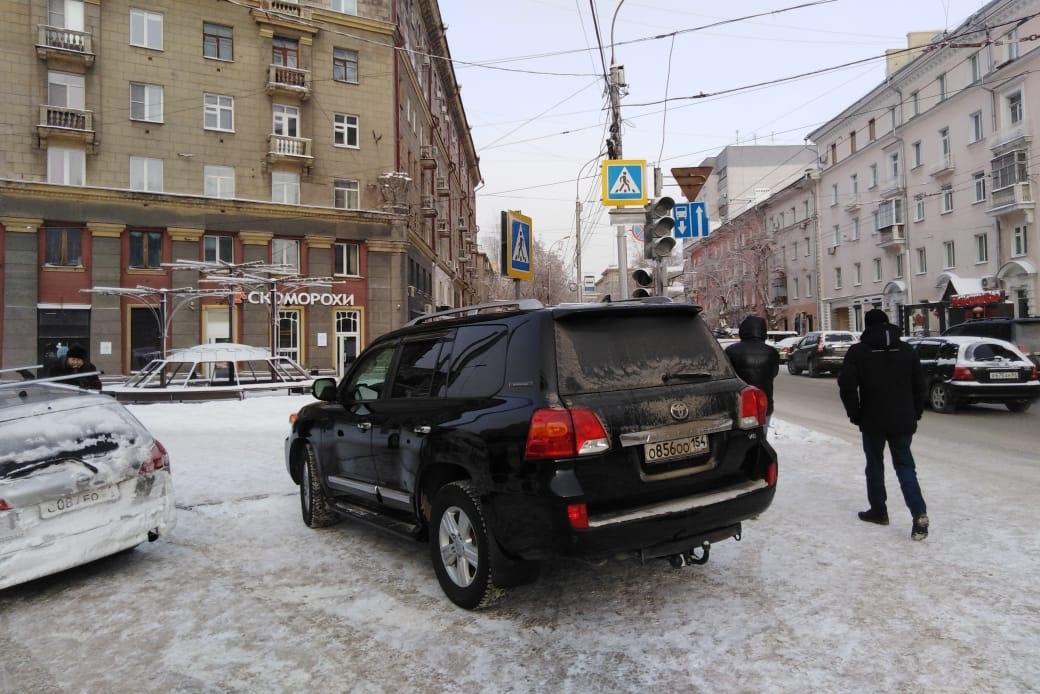 «Лэнд Крузер» на перекрестке Вокзальная — Советская