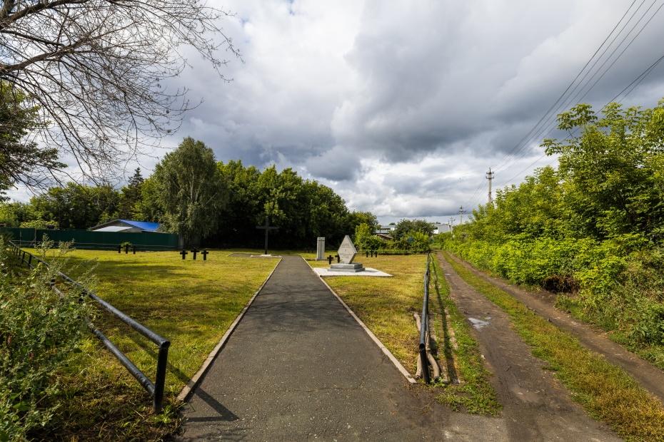 Рядом с кладбищем стоянка для фур