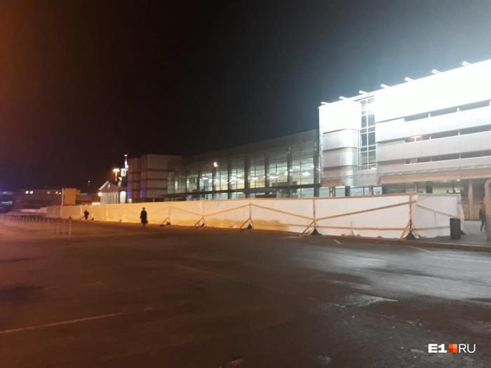 В аэропорту обещают, что забор не помешает проходить к терминалам