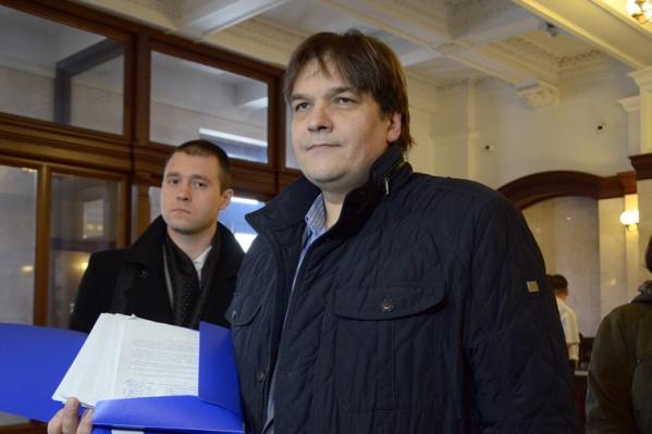 Дмитрий Прибаловец известен как защитник улицы Богдана Хмельницкого. На фото — Прибаловец с 7 тысячами подписей, которые он собрал против сноса клуба «Отдых»