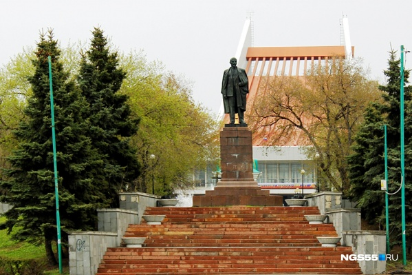 Митингующие пройдут мимо памятника Ленину