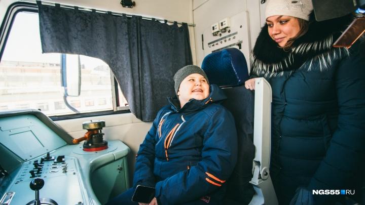 Неизлечимого мальчика, фанатеющего от поездов, покатали в кабине машиниста омской электрички