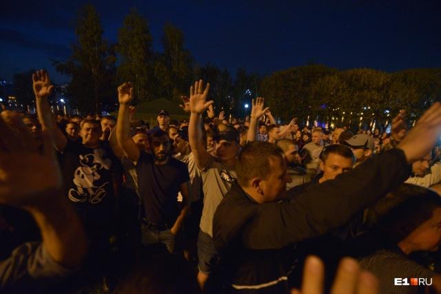 В какой-то момент спортсмены подняли руки, стали кричать «За храм!» и расталкивать людей