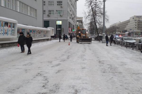 Трактор убирал снег в месте, где постоянно плотный людской поток