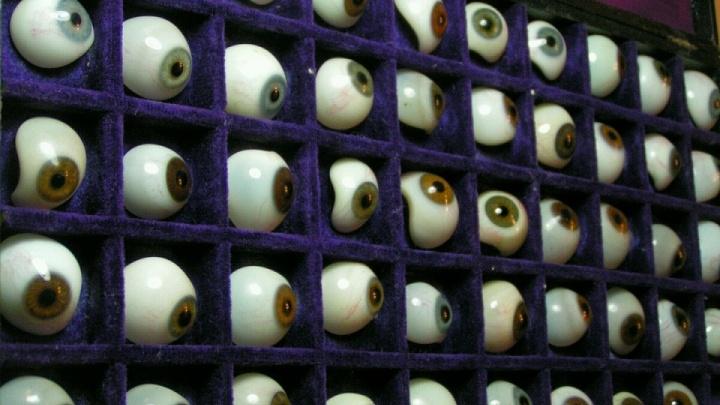 Зрачки за полмиллиона: ростовчанин продает старинный набор глазных протезов
