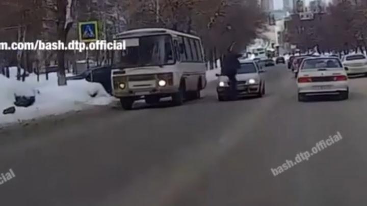 В Уфе на пешеходном переходе сбили мужчину, момент попал на видео