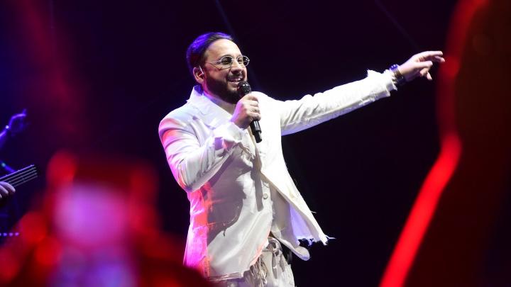 «Я бы к нему на сцену запрыгнула!»: репортаж E1.RU с концерта Стаса Михайлова