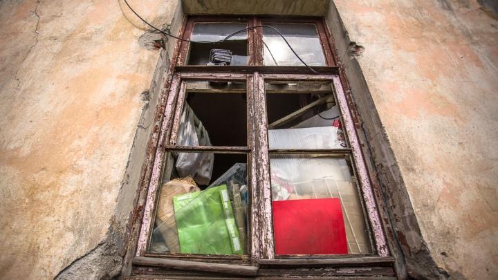 Новосибирец превратил снятую квартиру в свалку — приставы выселили его