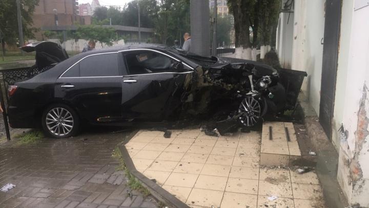 В центре Ростова иномарка влетела в здание СИЗО. Водитель убежал с места ДТП