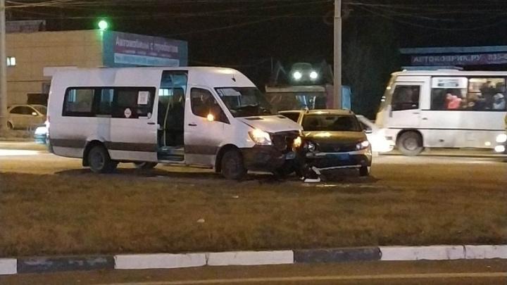 Пять человек пострадали при столкновении маршрутки и легковушки в Ярославле