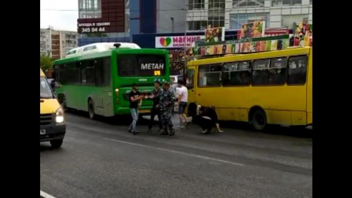 На улице Бебеля двое мужчин устроили драку на дороге: видео