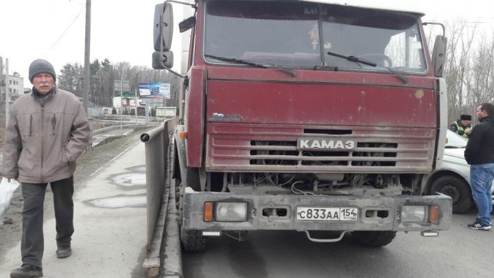Грузовик въехал в две легковушки на светофоре на Бердском шоссе: собралась большая пробка
