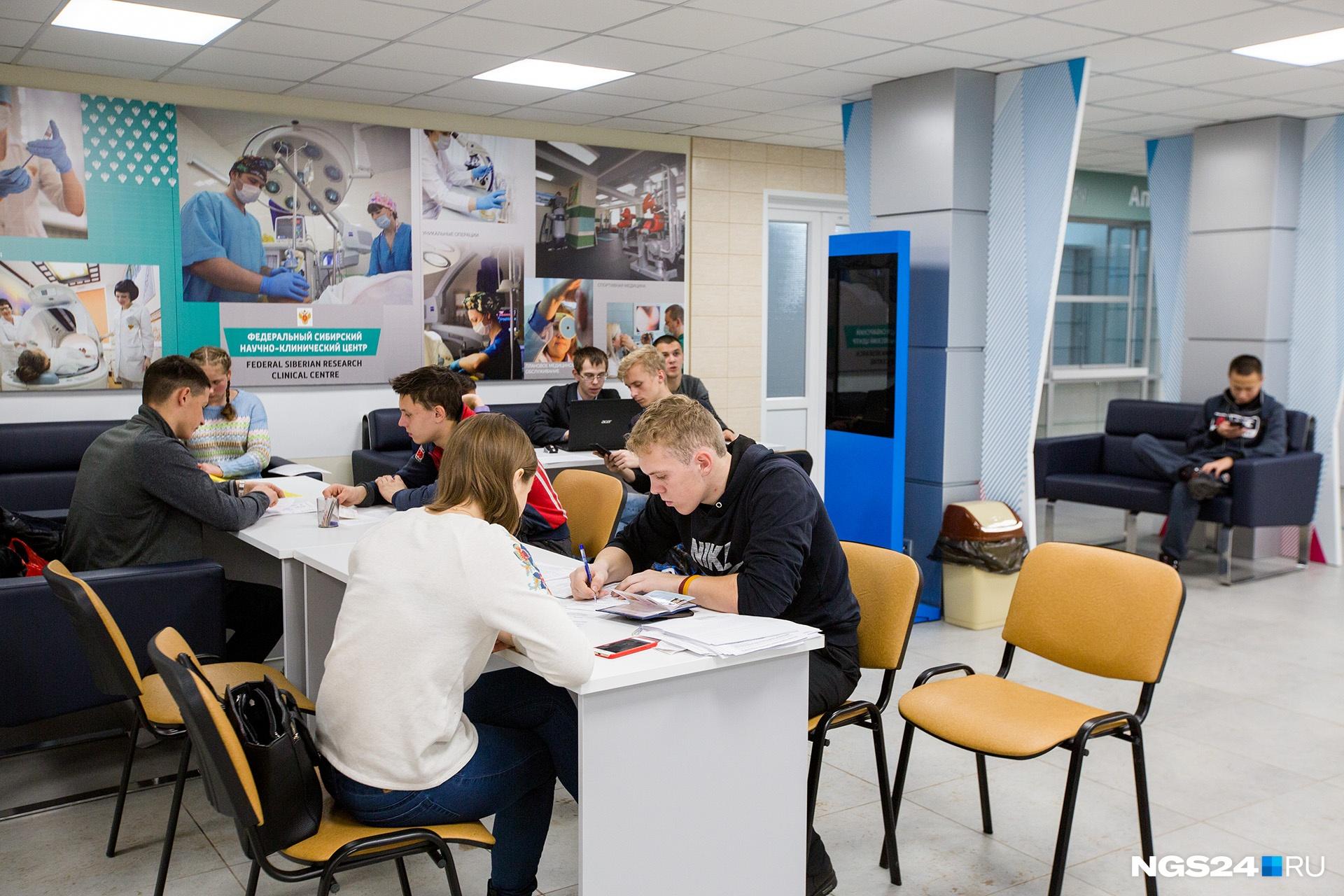 В очередях студенты успевают сделать домашние задания на семинары