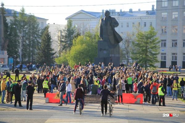 Люди собрались у памятника Ленину около 19 часов