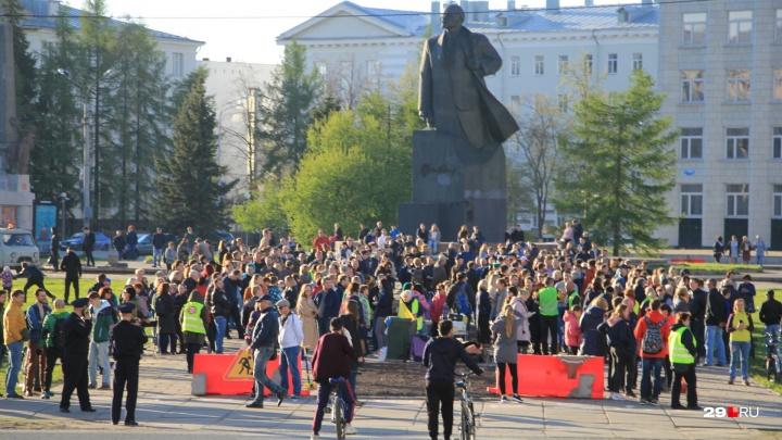 «Это встреча единомышленников»: в центре Архангельска горожане вышли на прогулку в поддержку Шиеса