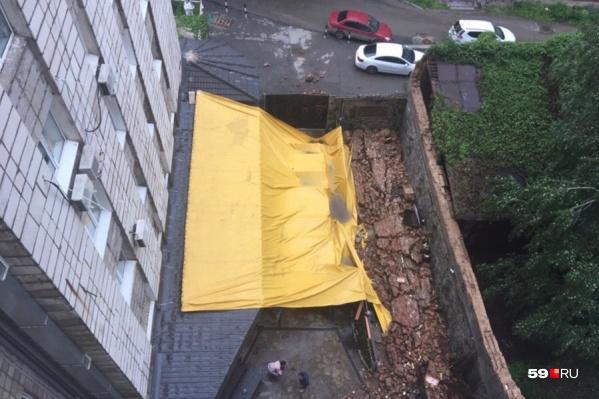 Из-за ветра натянулся тент, потом стала разрушаться стена
